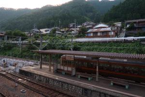 平岡駅・ホーム